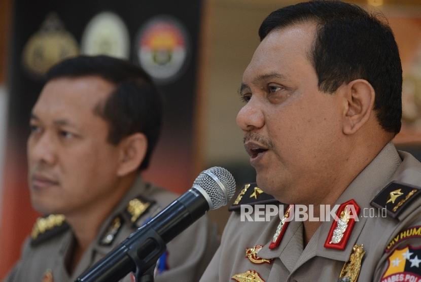 Kepala Bagian Penerangan Umum Polri Brigjen Pol Rikwanto (kanan) memberikan keterangan kepada awak media terkait penangkapan teroris di Waduk Jatiluhur saat menggelar konferensi pers di Mabes Polri, Jakarta, Senin (26/12).