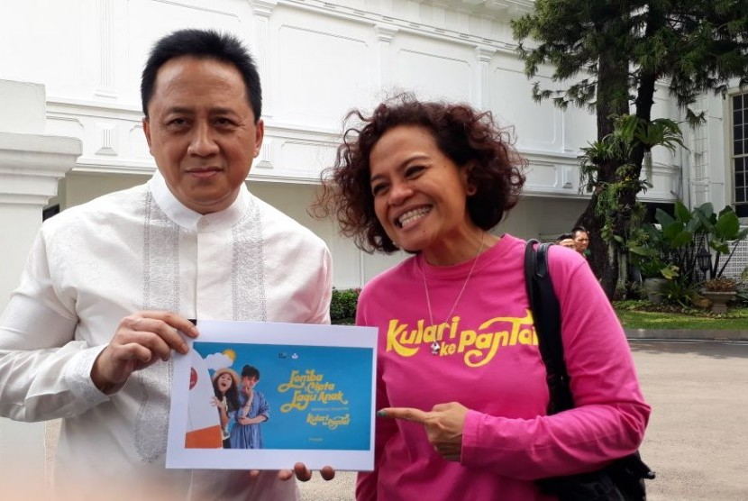 Kepala Bekraf Triawan Munaf dan sutradara film Mira Lesmana usai bertemu Presiden Joko Widdo, Jumat (23/3), membahas film dan lagu anak.