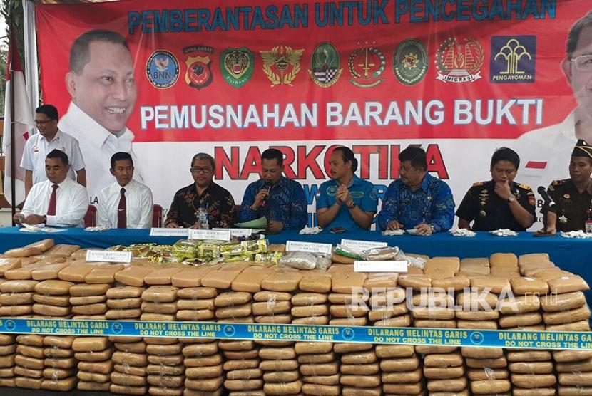 Kepala BNN Komjen Pol Budi Waseso dan Gubernur Jabar Ahmad Heryawan memusnahkan ratusan ribu kilogram narkotika di Halaman Gedung Sate, Jumat (10/11).