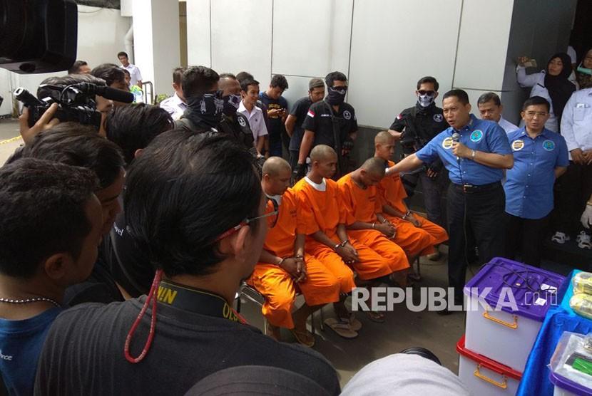 Kepala BNN Komjen Pol Budi Waseso ketika sedang memberikan penjelasan kepada media massa terkait penangkapan keempat kurir narkoba jaringan internasional.