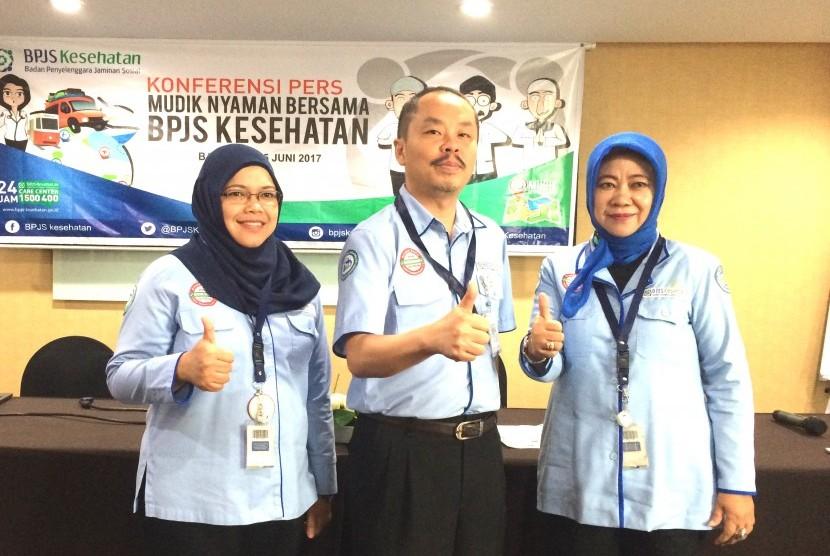 Kepala BPJS Kesehatan Kantor Cabang Utama Bandung dr Herman Dinata Miharja (tengah) beserta jajarannya seusai memberi keterangan pers terkait program Mudik Nyaman bersama BPJS Kesehatan di Bandung, belum lama ini.
