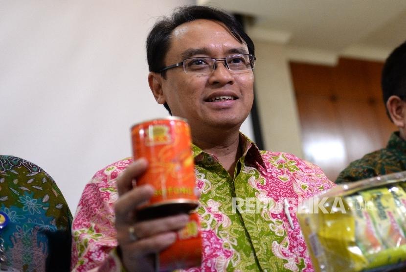 Kepala BPOM Roy Sparringa menunjukan barang ilegal sitaan saat rilis hasil Operasi Opson V di Kantor BPOM, Jakarta, Selasa (12/4). (Republika/ Wihdan)
