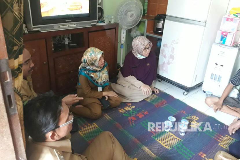 Kepala Dinas Kesehatan Kota Tangerang, Liza Puspadewi dan Camat  Benda, Kota Tangerang, Teddy Roestendi,  mengunjungi rumah Keluarga Debora, Senin (11/9).