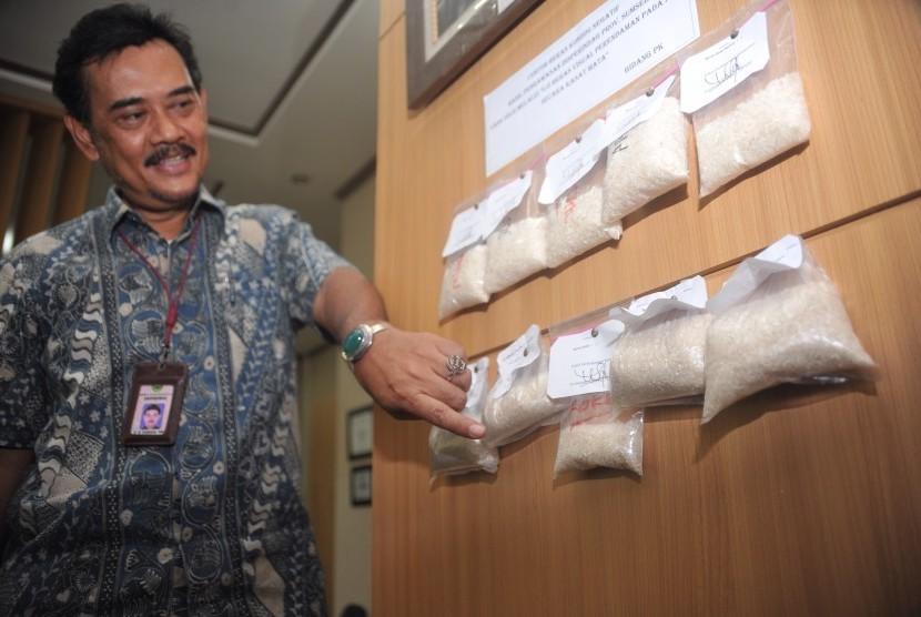 Kepala Dinas Perindustrian dan Perdagangan Sumatera Selatan M. Permana menunjukkan sampel beras lokal yang beredar di pasar Sumatera Selatan dan telah melalui uji lab di Kantor Disperindag Sumsel, Jumat (29/5).