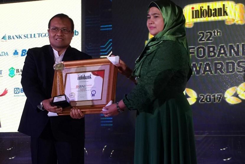 Kepala Divisi Keuangan BNI Syariah menerima penghargaan dari Majalah Infobank, di Nusa Dua, Bali (10/8).