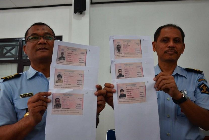 Kepala kantor Imigrasi kelas 1 Surakarta Djarot Sutrisno (kanan) beserta Darori kepala Kasi dan penindakan dan Keimigrasian (kiri),menunjukkan foto kopi Paspor WNI yang hilang di Turki di kantor imigrasi kelas 1 Surakarta, Jawa Tengah, Senin (9/2).