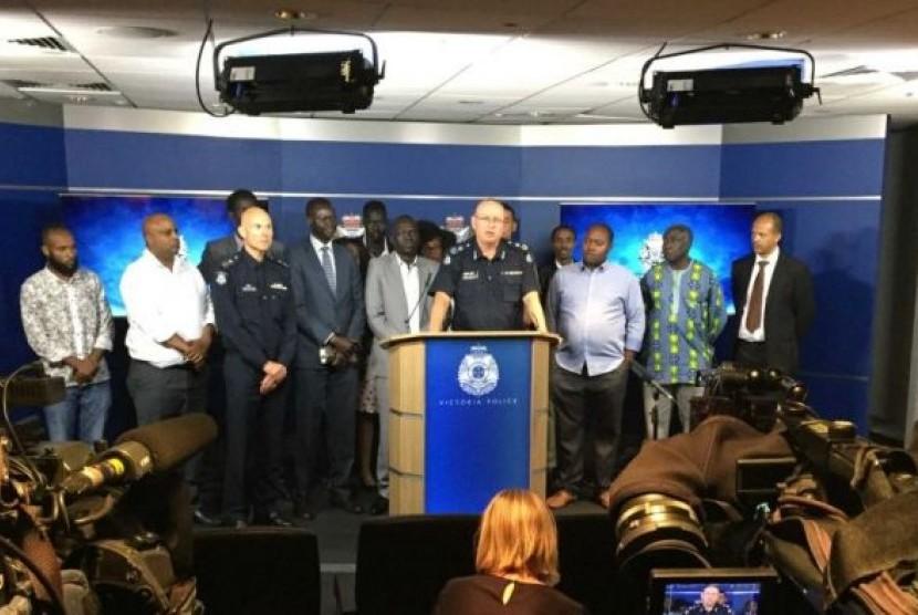 Kepala Komisioner Graham Ashton berbicara kepada wartawan tentang satuan tugas komunitas Afrika di Victoria.