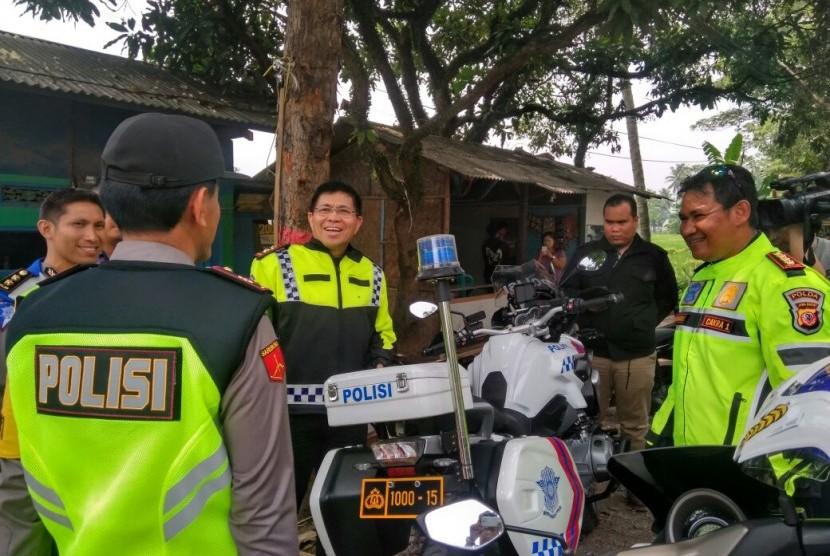 Kepala Korps Lalu Lintas (Kakorlantas) Polri Inspektur Jenderal Polisi Royke Lumowa (tengah) meninjau jalur liburan Tahun Baru dari Bandung, Jawa Barat ke arah Puncak, Sabtu (30/12).