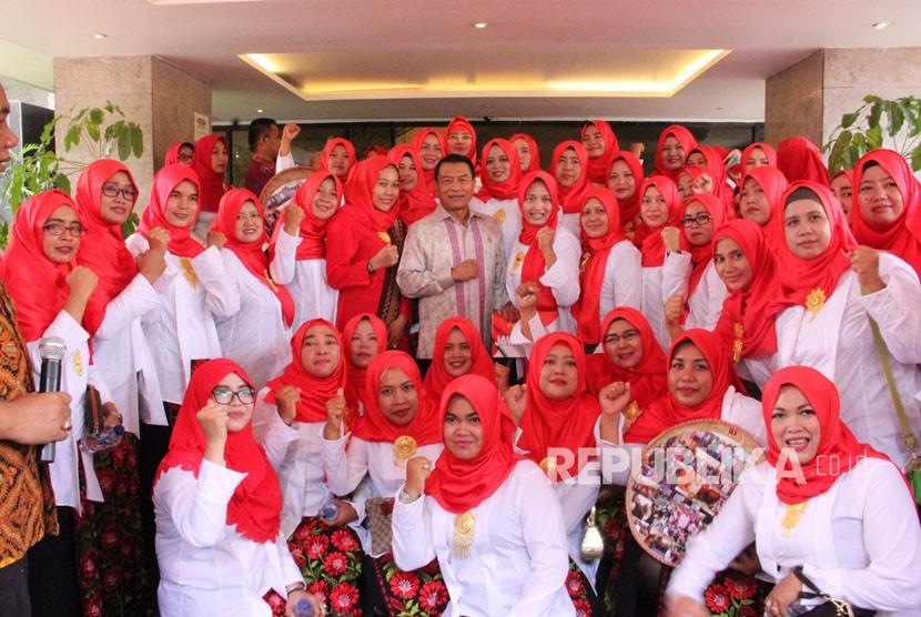 Kepala KSP Moeldoko menerima ratusan Bidan Desa di kantornya, Jumat (20/4).