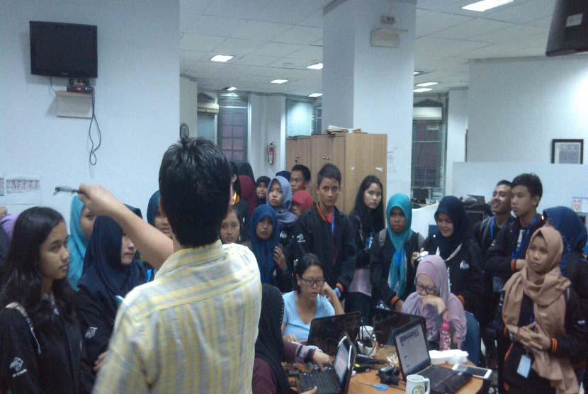 Kepala Republika Online, Maman Sudiaman, memberi pengarahan kepada peserta Letter Writing Competition (LWC) 2015 di kantor Harian Republika, Jakarta, Kamis (6/8).