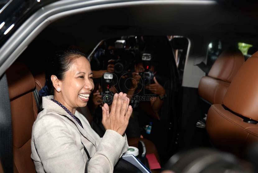 Kepala Staf Kantor Transisi Jokowi-JK Rini MS Soewandi menjawab pertanyaan wartawan usai bertemu dengan KPK di Gedung KPK, Jakarta, Jumat (26/9).(Republika/ Wihdan)