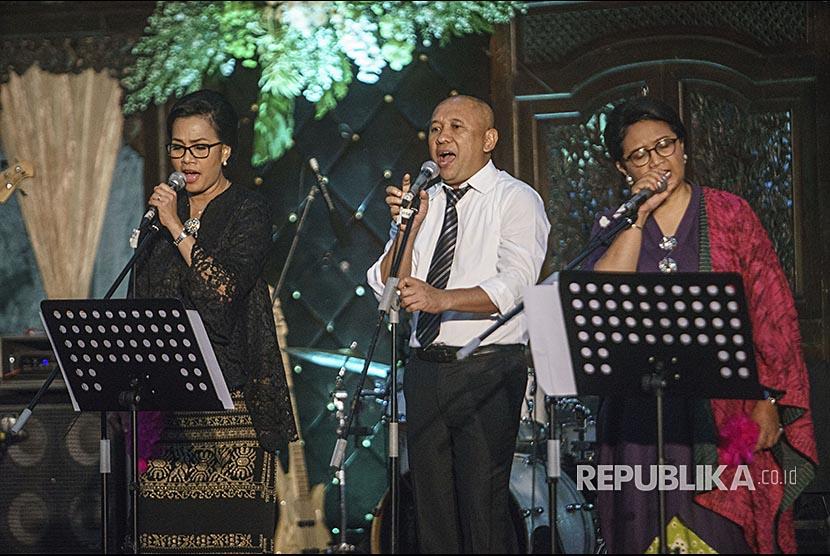 Kepala Staf Kepresidenan Tenen Masduki (tengah) bersama Menkeu Sri Mulyani (kiri) dan Menlu Retno Marsudi (kanan) bernyanyi saat resepsi pernikahan putri Mensesneg Pratikno di Jogja Expo Centre, DI Yogyakarta, Sabtu (30/12).