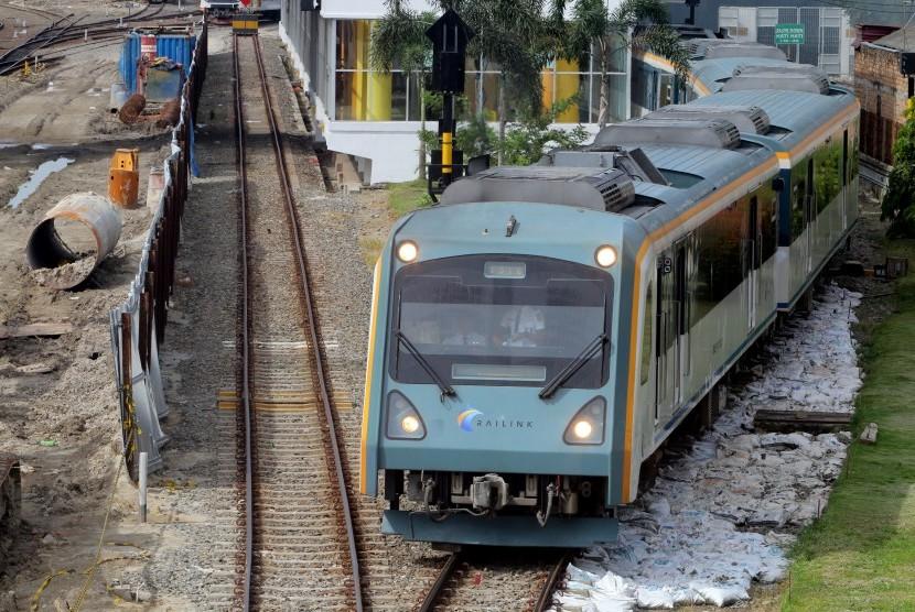 Kereta api Railink tujuan Bandara Kualanamu, Deli Serdang berangkat dari Stasiun Kereta Api Bandara, di Medan, Sumatera Utara, Jumat (6/1).