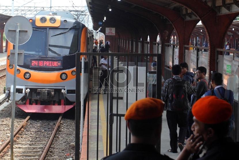 Kereta Commuterline relasi Jakarta Kota-Tanjung Priok berada di Stasiun Jakarta Kota, Jakarta, Senin (21/12).   (Republika/Yasin Habibi)