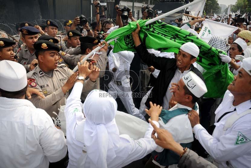 Kericuhan sempat terjadi saat aksi unjuk rasa mengecam film anti Islam di depan Kedubes Amerika Serikat di Jakarta, Senin (17/9).  (Aditya Pradana Putra/Republika)