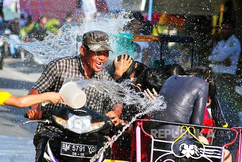 Kesenian Warga dan wisatawan saling siram pada Festival Perang Air di Kota Selatpanjang, Kabupaten Kepulauan Meranti, Riau,