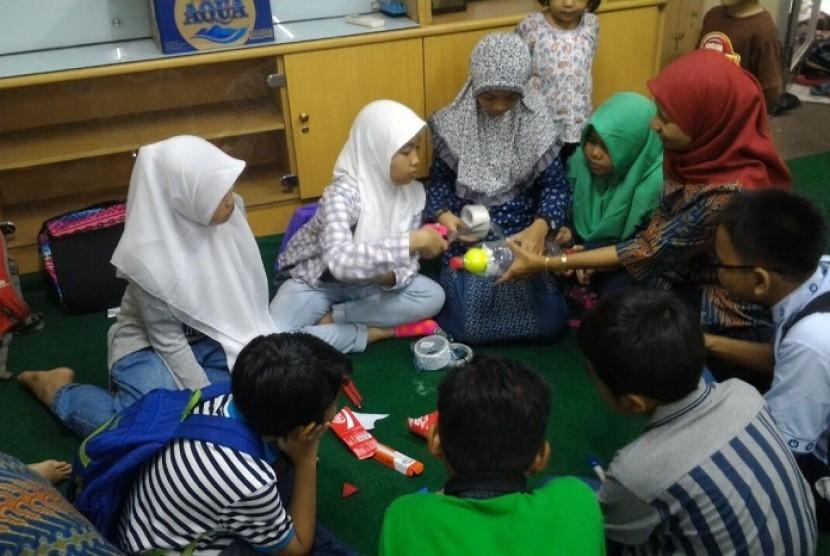 Keseruan dan antusiasme anak-anak membuat roket air di ajang Republika Fun Science, Sabtu (17/9) di kantor Harian Republika
