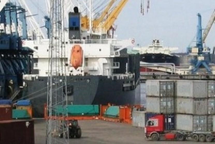 Kesibukan di Pelabuhan Tanjung Perak