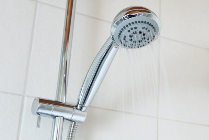 ketika Anda mandi dengan air dingin, tubuh akan secara alami mencoba menghangatkan diri sendiri.