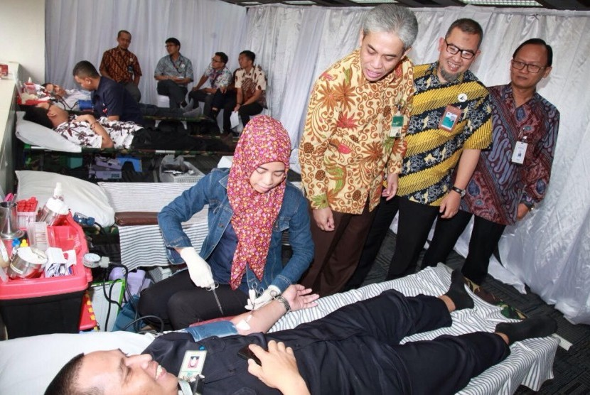 Ketua Asbisindo Agus Sudiarto, Dirut BNI Syariah Imam T  Saptono, dan SEVP Teknologi BNI  Dadang Setiabudi (kiri ke kanan) sedang meninjau aksi donor darah di gedung BNI Jakarta, Rabu (1/3)