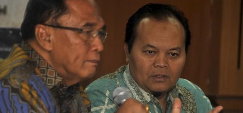 Hidayat Nur Wahid (kanan) menyimak pernyataan Wakil Ketua BKSAP, Sidarto Danusubroto.