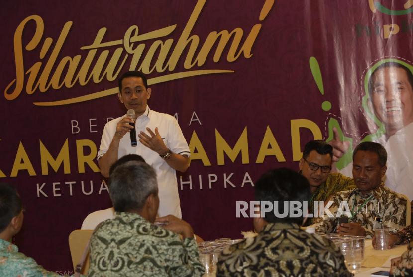 Ketua Badan Pengurus Pusat (BPP) Himpunan Pengusaha KAHMI (HIPKA) Kamrussamad memberikan penjelasan kepada pers usai acara pembukaan Munas ke-X Korps Alumni KAHMI di Medan, Sumatera Utara, Jumat (17/11).