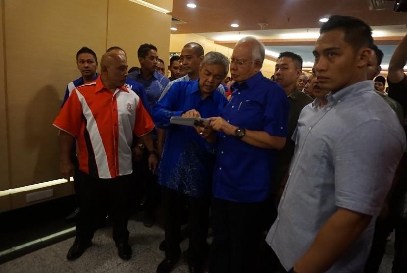 Ketua Barisan Nasional (BN) Dato Seri Najib Razak (ketiga kanan) berjalan bersama Wakil Dato Seri Dr Ahmad Zahid Hamidi (keempat kanan) di sela-sela jumpa pers mengenai hasil Pemilihan Umum Ke-14 yang dimenangkan Koalisi Pakatan Harapan (PH), di Gedung PWTC, Kuala Lumpur, Malaysia, Kamis (10/5).