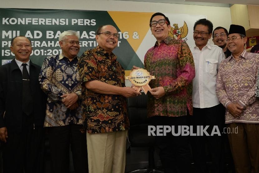 Ketua Baznas Bambang Sudibyo (ketiga kiri) menerima simbolis sertifikat ISO dari Lead Auditor WQA Novian AP (keempat kiri), serta didampingi sejumlah anggota Baznas saat acara milad ke-16 Baznas di kantor Baznas, Jakarta, Selasa (17/1).
