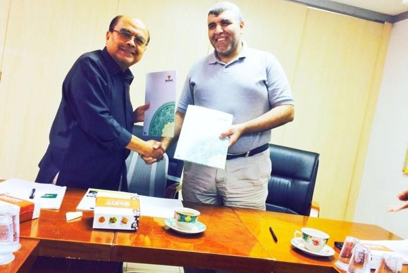 Ketua  Baznas Bambang Sudibyo (kiri) dan Country Director Qatar Charity Indonesia (QCI) Karam Zeinhom.