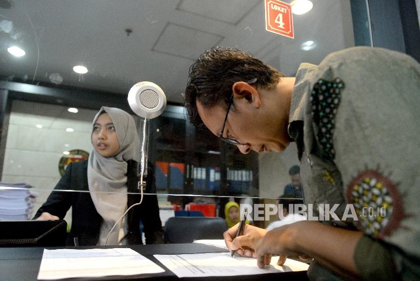 Ketua Bidang Advokasi YLBHI Muhammad Isnur melengkapi berkas gugatan terhadap hak angket DPR di Mahkamah Konstitusi, Kamis (20/7).