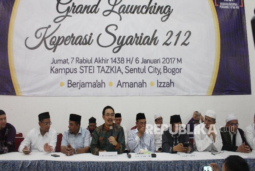 Ketua Dewan Ekonomi Syariah 212 M Syafi'i Antonio (tengah) memberikan keterangan dalam konferensi pers peluncuran Koperasi Syariah 212 di Masjid Andalusia, Sentul, Kabupaten Bogor, Jumat (6/1).