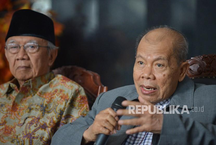 Ketua Dewan Etik MK Achmad Roestandi (kanan) bersama anggota Salahuddin Wahid memberikan keterangan terkait dugaan pelanggaran etik yang dilakukan Ketua MK Arief Hidayat di Gedung MK Jakarta, Rabu (6/12).