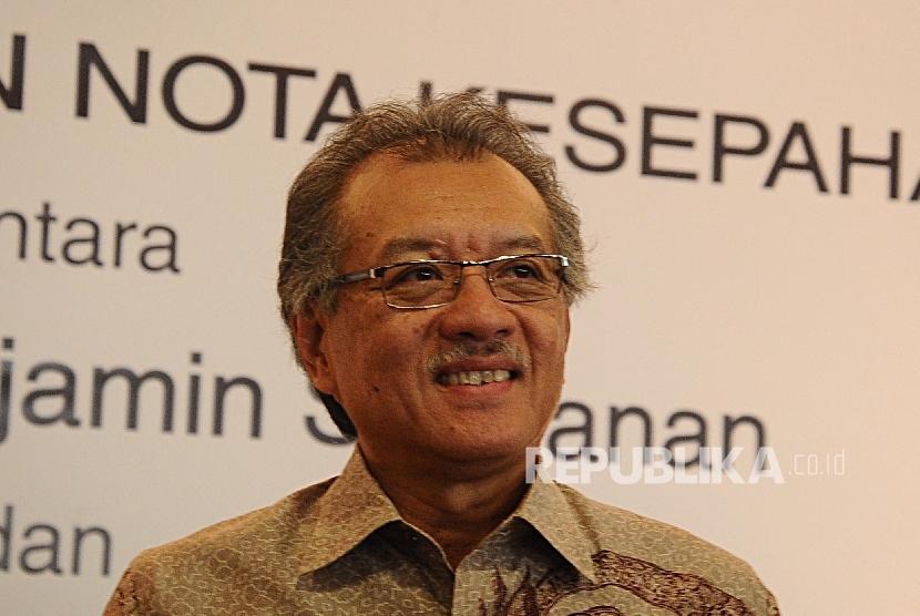 Ketua Dewan Komisioner Lembaga Penjamin Simpanan (LPS) Halim Alamsyah saat menandatangani Nota Kesepahaman di kantor LPS, Jakarta (3\3).