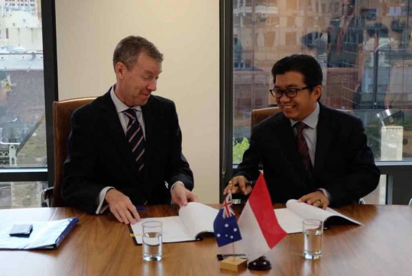 Ketua Dewan Komisioner OJK Muliaman D Hadad dan Komisioner ASIC John Price menandatangani kesepakatan kerja sama terkait fintech di Kantor ASIC Melbourne, Australia, Jumat (21/4)