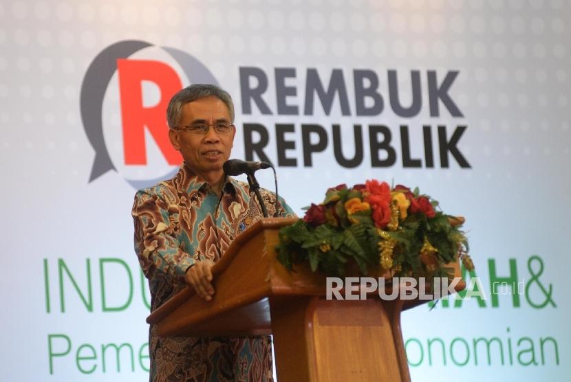 Ketua Dewan Komisioner OJK Wimboh Santoso memberikan sambutan saat pembukaan seminar Perbankan Syariah bertajuk Rembuk Republik, Jakarta, Kamis (5/10).