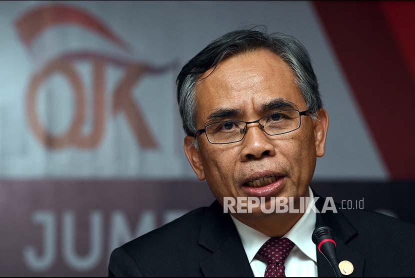 Ketua Dewan Komisioner Otoritas Jasa Keuangan (DK OJK) Wimboh Santoso memberikan keterangan kepada wartawan hasil rapat perdana DK OJK periode 2017-2022 di Jakarta, Kamis (20/7).