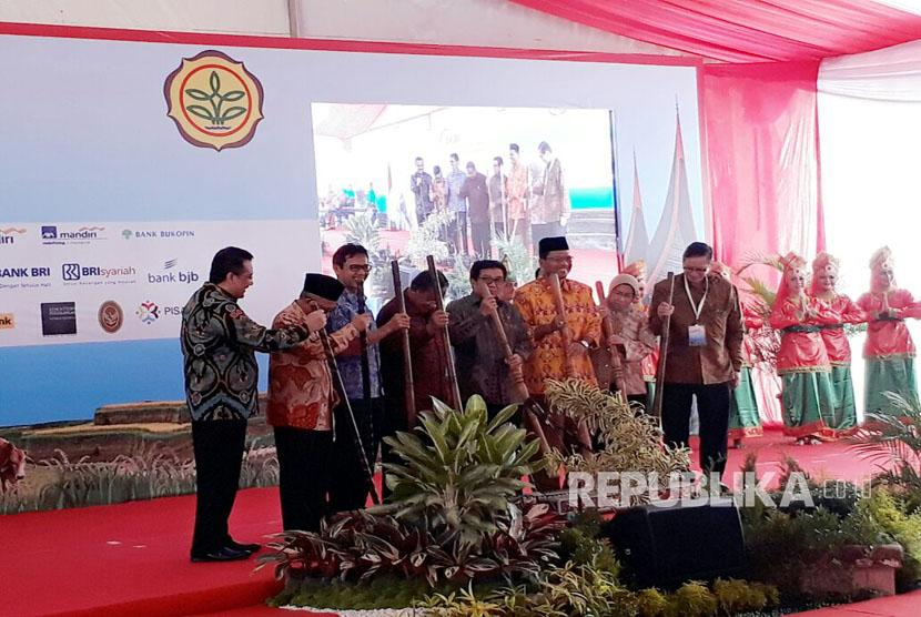Ketua Dewan Komisioner Otoritas Jasa Keuangan (OJK)  Muliaman D Hadad bersama Menteri Koordinator Perekonomian Darmin Nasution secara resmi meluncurkan program AKSI Pangan,  Jumat,  (24/3).