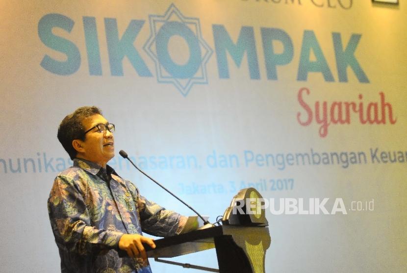 Ketua Dewan Komisioner Otoritas Jasa Keuangan (OJK) Muliaman D Hadad menyampaikan sambutannya saat meluncurkan Forum CEO SIKOMPAK Syariah di Jakarta, Senin (3/4).