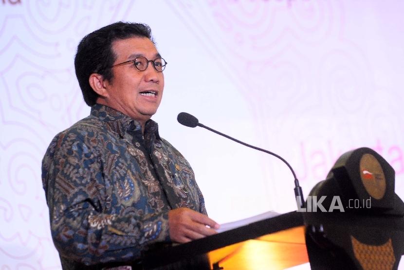 Ketua Dewan Komisioner Otoritas Jasa Keuangan (OJK) Muliaman D Hadad menyampaikan sambutannya saat peluncuran Roadmap pengembangan keuangan syariah di Jakarta, Selasa (13/6).