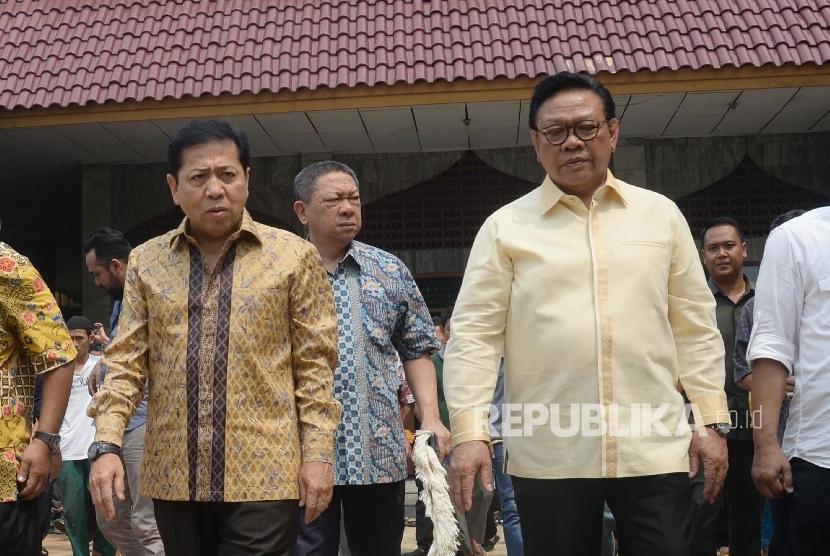 Ketua Dewan Pakar Partai Golkar Agung Laksono (kanan), dan Ketua Umum Partai Golkar Setya Novanto seusai memberikan keterangan pers terkait hasil Rapat Pleno ke-X Dewan Pakar DPP Partai Golkar di Kantor DPP Partai Golkar, Jakarta, Jumat (21/7).
