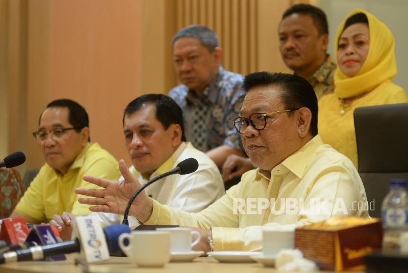 Ketua Dewan Pakar Partai Golkar Agung Laksono (kanan), Ketua Harian DPP Golkar Nurdin Halid (kedua kanan) memberikan keterangan pers terkait hasil Rapat Pleno ke-X Dewan Pakar DPP Partai Golkar di Kantor DPP Partai Golkar, Jakarta, Jumat (21/7).