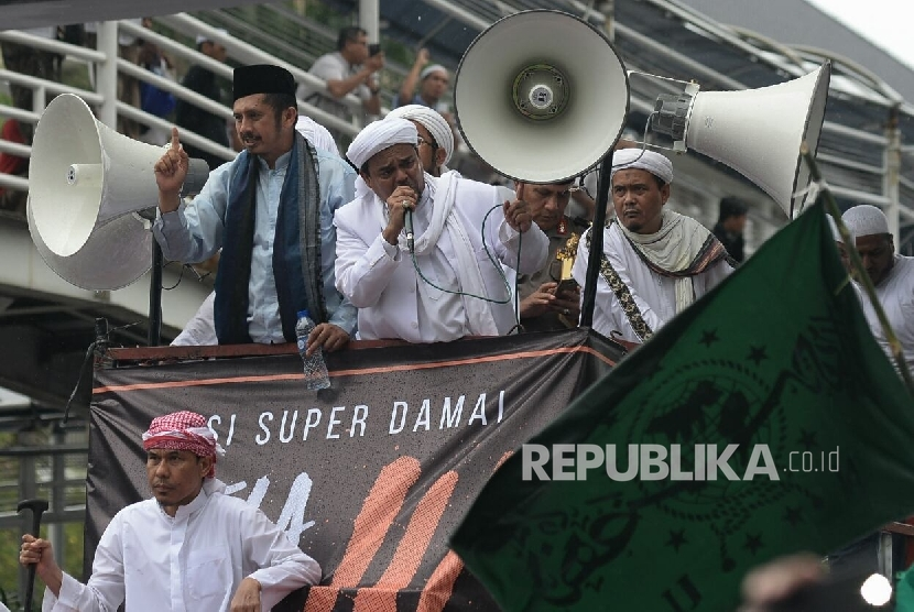 Chairman of the Board of Advisors of GNPF-MUI Habib Rizieq Shihab along with Vice Chairman of GNPF-MUI Zaitun Rasmin asks the people to dissolve after the 3rd Islamic Defense Action or 212 rally in Monas, Jakarta, Friday (Dec 2, 2016).
