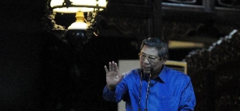 Ketua Dewan Pembina Partai Demokrat Susilo Bambang Yudhoyono berbicara saat memberikan pembekalan kader di kediamannya, Cikeas, Jawa Barat, Ahad (18/3)malam. Pertemuan ini membicarakan persoalan bangsa, termasuk rencana kenaikan BBM.