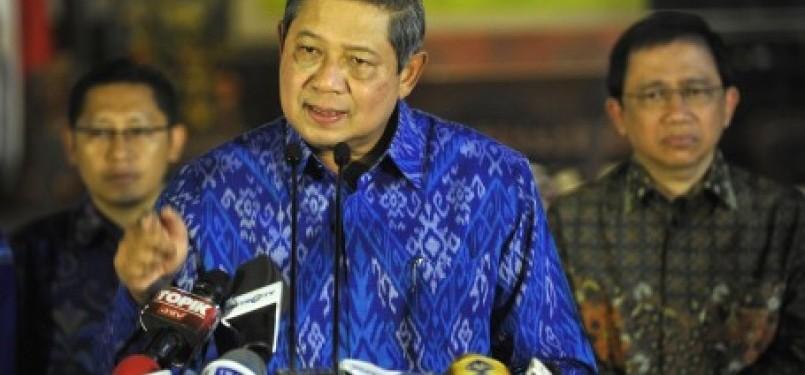 Ketua Dewan Pembina Partai Demokrat Susilo Bambang Yudhoyono didampingi petinggi Partai Demokrat memberikan keterangan kepada wartawan di kediaman presiden di Puri Cikeas, Jabar, beberapa waktu lalu.