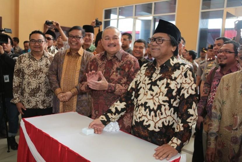 Ketua Dewan Perwakilan Daerah (DPD) Republik Indonesia, Oesman Sapta Odang, meresmikan kantor DPD Sumatera Selatan (Sumsel) di Palembang pada Jumat (21/4).