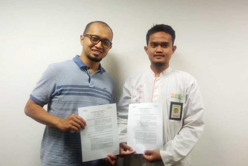 Ketua Divisi CSR & Sosial Partnership MT Telkomsel Ainul Hamam di (kiri) Sekretariat MT Telkomsel.