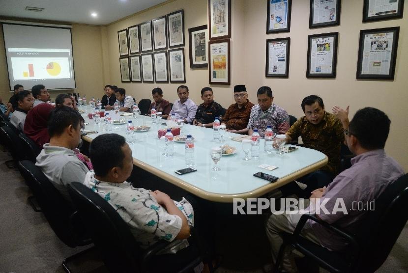 Ketua Divisi Humas Badan Wakaf Indonesia (BWI) Khaerul Huda (kanan) bersama yayasan wakaf mengunjungi kantor Republika, Jakarta, Senin (25/9).