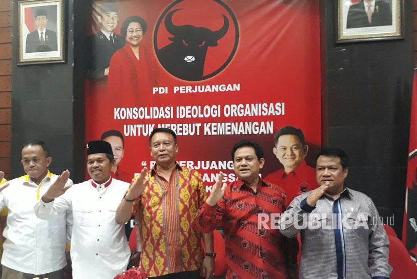 Ketua DPD Golkar Jabar, Dedi Mulyadi menggelar pertemuan dengan Ketua DPD PDIP Jabar, TB Hasanudin di Kantor PDIP Jabar Jalan Pelajar Pejuang Kota Bandung untuk mengukuhkan Perjanjian Koalisi terkait Pilgub Jabar dan Pilkada di 16 Kabupaten/Kota, Jumat (13/10).
