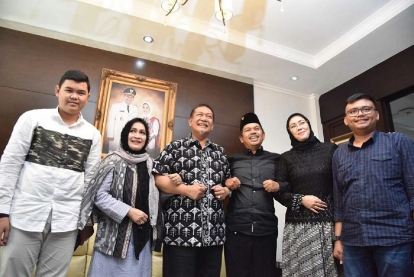 Ketua DPD Partai Golkar Jabar Dedi Mulyadi (ketiga kanan) mengajak anak dan isterinya berkunjung ke rumah dinas Deddy Mizwar di  Cimbuleuit, Kota Bandung, Senin (1/1).