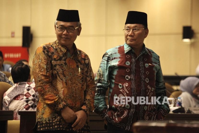 Ketua DPD RI terpilih Mohammad Saleh bersama dan Wakilnya Farouk Muhammad usai pemilihan Ketua DPD RI pada rapat Paripurna DPD, Nusantara V Gedung Parlemen, Senayan, Jakarta, Selasa (11/10).